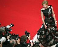 """<p>En Cannes comenzó el desfile de la alfombra roja. En la imagen, Cate Blanchett, protagonista de """"Robin Hood"""", posa ante los fotógrafos. Mayo 12 2010. El festival de cine de Cannes 2010 abrió el miércoles con la cinta de acción y aventura """"Robin Hood"""", de Ridley Scott, dando inicio a 12 días de locura cinematográfica en la Costa Azul. REUTERS/Loic venance</p>"""