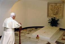 <p>Папа Римский Бенедикт XVI молится около могилы Папы Иоанна Павла II в Ватикане 2 мая 2005 года. 13 мая 2005 года Папа Римский Бенедикт сообщил о своем решении поднять вопрос о причислении к лику святых своего предшественника - Папу Иоанна Павла II. REUTERS/Osservatore Romano/Pool MR/TW</p>