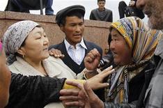 <p>Сторонники свергнутого президента Киргизии Круманбека Бакиева и временного правительства страны спорят на площади в городе Ош 15 апреля 2010 года. Сотни сторонников свергнутого президента Киргизии Курманбека Бакиева захватили в четверг здание обладминистрации на юге страны, демонстрируя несогласие с политикой новых властей, сообщили очевидцы с места событий. REUTERS/Denis Sinyakov</p>