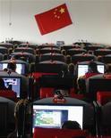 <p>Люди сидят за компьютерами в интернет-кафе в провинции Шаньси, 22 февраля 2010 года. Китай восстановил полный доступ к интернету в Синьцзян-Уйгурском автономном районе в пятницу, завершив 10-месячный период блокирования всемирной паутины после межэтнических столкновений. REUTERS/Stringer</p>