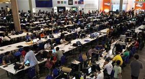 """<p>Internautas participam da """"Campus Party"""" em São Paulo. As vendas de computadores pessoais no mercado brasileiro entre janeiro e março somaram 2,89 milhões de unidades, um aumento de 23 por cento em relação a igual período do ano anterior, afirma levantamento encomendado pela Associação Brasileira da Indústria Elétrica e Eletrônica (Abinee).27/01/2010.REUTERS/Paulo Whitaker</p>"""