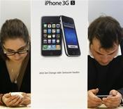 <p>Customers try out the new iPhone 3GS on the first day of its sale at the Apple Store in Zurich, in this June 19, 2009 file photo. REUTERS/Christian Hartmann/Files</p>