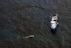 <p>Лодки окружают часть разлившейся в Мексиканском заливе нефти, 12 мая 2010 года. Энергетический гигант BP заявил, что в борьбе со значительной утечкой нефти с месторождения в Мексиканском заливе наметился определенный прогресс. REUTERS/Rick Wilking</p>