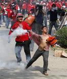 <p>Антиправительственные протестанты во время столкновений с полицией и армией в Бангкоке, 9 апреля 2010 года. Тайские антиправительственные протестанты согласились провести переговоры с властями, что может положить конец самому значительному политическому кризису в стране за последние 18 лет. REUTERS/Vivek Prakash</p>