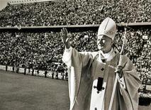 """<p>Папа Римский Иоанн Павел II приветствует людей на стадионе """"Велес Сарсфилд"""" в Буэнос-Айресе 10 апреля 1987 года. 18 мая 1920 года родился Папа Римский (1978-2005) Иоанн Павел II. REUTERS/POOL New</p>"""