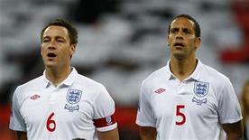 <p>Imagen de archivo de jugadores de la selección de Inglaterra cantanto el himno nacional antes de un partido contra Bielorrusia en Londres. Oct 14 2009. Inglaterra finalmente ganará un Mundial de fútbol luego de 44 años de triste espera, si es que uno cree en lo dicho por científicos. REUTERS/ Eddie Keogh /ARCHIVO</p>