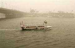 <p>A boat cruises on the Nile River during a massive sandstorm in Cairo April 17, 2007. REUTERS/Nasser Nuri</p>