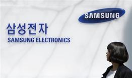 """<p>Samsung Electronics va lancer dans les semaines à venir le premier """"smartphone"""" fonctionnant avec son propre système d'exploitation, Bada. Les premiers modèles seront lancés au Royaume-Uni et en Allemagne, et Samsung ouvrira en juin son kiosque d'applications. /Photo d'archives/REUTERS/Lee Jae-Won</p>"""