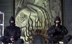 """<p>Два человека, одетых как ниндзя, сидят во время премьеры фильма """"Ниндзя-убийца"""" в Голливуде, штат Калифорния, 19 ноября 2009 года. Группа ниндзя пришла на помощь сиднейскому студенту, на которого напали грабители, сообщила в среду газета Sydney Morning Herald. REUTERS/Mario Anzuoni</p>"""