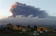 <p>A fresh cloud of ash rises from the volcano under the Eyjafjallajokull glacier in Iceland May 16, 2010. REUTERS/Ingolfur Juliusson</p>