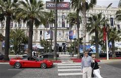 <p>People pose as they cross the Croisette in front of the Carlton hotel in Cannes on the eve of the 62nd Cannes film Festival May 12, 2009. REUTERS/Regis Duvignau</p>