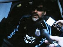 <p>Maradona chega ao centro de treinamento em Buenos Aires. O técnico da seleção argentina, Diego Maradona, disse que não se comunicou com os jogadores que ficaram fora do Mundial para não ser insultado e que a decisão mais difícil para fechar a equipe foi excluir o atacante Ezequiel Lavezzi.19/05/2010.REUTERS/Reuters Tv</p>