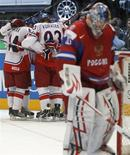 <p>Российский голкипер Семен Варламов (справа) стоит на фоне чешских хоккеистов, празднующих победу в финале Чемпионата Мира, 23 мая 2010 года. Сборная России по хоккею не смогла в третий раз подряд выиграть чемпионат мира, уступив в финале команде Чехии со счетом 1-2. REUTERS/Petr Josek</p>