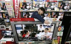 <p>Un commesso spolvera un televisore Lcd della Sony in un negozio di elettronica a Tokyo. REUTERS/Toru Hanai</p>