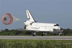 <p>El transbordador espacial Atlantis aterriza en en el Centro Espacial Kennedy, en Cabo Cañaveral, EEUU. Mayo 26 2010. El transbordador espacial Atlantis aterrizó el miércoles en Florida después de una misión de 12 días de reabastecimiento para entregar un nuevo módulo a la Estación Espacial Internacional antes de que la NASA retire la flota después de dos misiones más. REUTERS/Chris O'Meara</p>