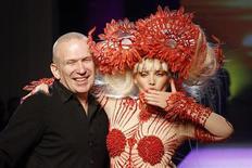 <p>Imagen de archivo del diseñador francés Jean-Paul Gaultier, junto a una modelo luciendo su diseño en un desfile de París. Ene 27 2010 Jean-Paul Gaultier, el niño terrible de la moda francesa, dejará de diseñar prendas de vestir para Hermes, aunque el grupo de productos de lujo seguirá siendo un accionista grande de su casa de modas. REUTERS/Benoit Tessier/ARCHIVO</p>