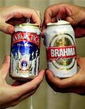 <p>Банки пива Antarctica и Brahma в Рио-де-Жанейро 2 июля 1999 года. Бразилия резко снизила таможенные пошлины на пиво, чтобы избежать дефицита пенного напитка во время чемпионата мира по футболу в ЮАР, после того, как местные пивоварни предупредили, что сами не справятся с растущим спросом. REUTERS/Gregg Newton</p>