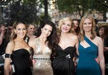 """<p>As atrizes Sarah Jessica Parker, Kristin Davis, Kim Catrall e Cynthia Nixon na estreia do filme """"Sex and the City 2"""" em Londres. """"Sex and the City"""" voltou sem as tramas e gags escandalosas que chocavam e divertiam seu público, mas isso não deve impedir que o segundo filme da série seja um sucesso de bilheteria. 27/05/2010 REUTERS/Kieran Doherty</p>"""