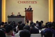 <p>Imagen de archivo de una venta en la casa de subastas Christie's, en Hong Kong. Dic 1 2009. Una obra de Gustav Klimt que fue devuelta recientemente a los herederos de una mujer judía que falleció en el Holocausto saldrá a subasta en la casa Christie's de Londres en junio y se espera que alcance una cifra de 14-18 millones de libras (entre 20 y 26 millones de dólares). REUTERS/Tyrone Siu/ARCHIVO</p>