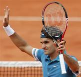 <p>O primeiro cabeça-de-chave Roger Federer jogou bem e eliminou o seu amigo Stanislas Wawrinka para chegar às quartas-de-final do Aberto da França neste domingo. REUTERS/Regis Duvignau</p>