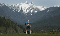 <p>A visitor to Capilano Park in North Vancouver, British Columbia takes in the view and warm weather February 20, 2010. REUTERS/Andy Clark</p>
