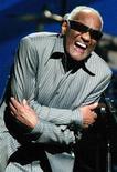 <p>Foto arquivo de Ray Charles se apresentando em 2003. Ray Charles é o sonho de qualquer editora musical. Não apenas ele compôs canções que resistem ao tempo como suas interpretações das canções de outros podiam convertê-las em minas de ouro. EUTERS/Jeff Christensen/Arquivo</p>