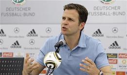 <p>Técnico da seleção alemã, Oliver Bierhoff, participa de coletiva de imprensa em Eppan, na Itália. Bierhoff disse que a seleção alemã vai deixar para o último minuto a divulgação dos jogadores que serão cortados para formar a lista final com os 23 convocados para a Copa do Mundo. 01/06/2010 REUTERS/Thomas Bohlen</p>