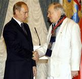 <p>O então presidente da Rússia Vladimir Putin (esq) entrega prêmio do estado ao poeta Andrei Voznesensky no Kremlin em 2004. Voznesensky, que ganhou destaque durante o degelo que se seguiu à morte do ditador Josef Stalin e que nunca se curvou ao Kremlin, morreu em Moscou na terça-feira aos 77 anos. 25/06/2004 REUTERS/Itar-Tass/Arquivo</p>