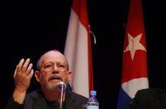 """<p>Imagen de archivo del cantautor cubano Silvio Rodríguez, en el Teatro Municipal de Asunción. Jul 30 2009. El cantautor cubano Silvio Rodríguez dijo el martes que los llamados presos políticos en Cuba recibieron sanciones """"demasiado duras"""" y que gran parte debería estar libre, pese a reconocer que violaron leyes en la isla de Gobierno comunista. REUTERS/Stringer /ARCHIVO</p>"""