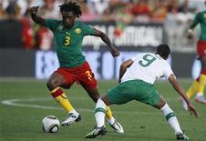 <p>Николас Нкулу из сборной Камеруна (слева) обыгрывает Лиедсона из команды Португалии во время товарищеского матча в Ковилье 1 июня 2010 года. Сборная Португалии по футболу обыграла команду Камеруна со счетом 3-1 в товарищеском матче в рамках подготовки к чемпионату мира в ЮАР. REUTERS/Rafael Marchante</p>