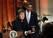 <p>El presidente de Estados Unidos, Barack Obama, sonríe junto a Paul McCartney en la Casa Blanca, Washington, jun 2 2010. REUTERS/Kevin Lamarque (UNITED STATES)</p>