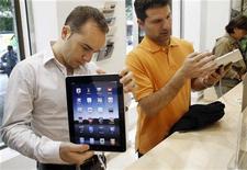 <p>Посетитель магазина Apple в Мадриде осматривает iPad 28 мая 2010 года. Высокая популярность iPad от Apple привлекает все большее число разработчиков к новому поколению компактных мультимедийных устройств, позволяющих пользоваться мобильным интернетом. REUTERS/Susana Vera</p>