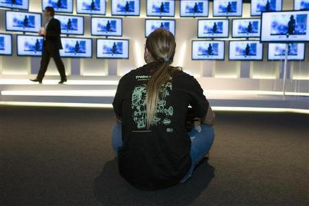 A man watches a presentation of a new flat screen TV model at the Internationale Funkausstellung (IFA) consumer electronics fair in Berlin, September 7, 2009. REUTERS/Thomas Peter