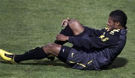 <p>Michel Bastos durante treino. O lateral-esquerdo Michel Bastos, provável titular da seleção brasileira na Copa do Mundo, abandonou o treino da equipe mancando após uma dividida mais dura com Elano nesta sexta-feira.04/06/2010.REUTERS/Paulo Whitaker</p>