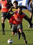 <p>Luis Fabiano luta pela bola com Kaká durante treino em Johanesburgo, 5 de junho de 2010. O ataque titular da seleção brasileira completou neste sábado o terceiro treino coletivo consecutivo sem marcar um gol sequer contra a defesa reserva, numa prática em que a equipe principal foi derrotada por 1 x 0. REUTERS/Paulo Whitaker</p>
