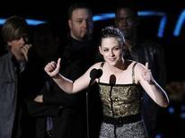 """<p>La actriz Kristen Stewart agradece el premio a Mejor Actuación Femenina que obtuvo por su rol en """"The Twilight Saga: New Moon"""" durante los MTV Movie Awards en Los Angeles, jun 6 2010. REUTERS/Mario Anzuoni (UNITED STATES)</p>"""