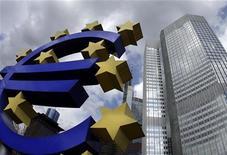 <p>Символ евро у здания ЕЦБ во Франкфурте-на-Майне 1 апреля 2010 года. Курс евро к доллару снизился в понедельник, пробив технический уровень поддержки, поскольку инвесторов все больше беспокоят долговые проблемы европейских стран. REUTERS/Kai Pfaffenbach</p>