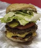 <p>Чизбургер в ресторане Five Guys в Вашингтоне 26 мая 2010 года. Австралийское кафе приготовило самый большой в мире гамбургер, на создание которого ушло 12 часов. REUTERS/Yuri Gripas</p>