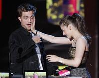 <p>Actors Robert Pattinson and Kristen Stewart accept the award for Best Kiss as they attempt to kiss at the 2010 MTV Movie Awards in Los Angeles, June 6, 2010. REUTERS/Mario Anzuoni</p>