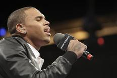 <p>Chris Brown sings the U.S. national anthem before the welterweight fight between Floyd Mayweather Jr. and Shane Mosley at the MGM Grand Garden Arena in Las Vegas, Nevada May 1, 2010. REUTERS/Steve Marcus</p>