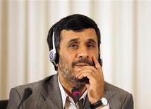 <p>Президент Ирана Махмуд Ахмадинежад слушает вопрос журналиста на пресс-конференции в Стамбуле 8 июня 2010 года. Лидер Ирана Махмуд Ахмадинежад предостерег Россию от поддержки новых санкций ООН против Тегерана. REUTERS/Osman Orsal</p>
