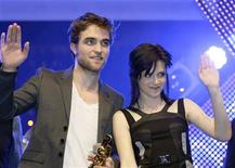 <p>Actor Robert Pattinson (L) and actress Kristen Stewart wave in Munich in this November 14, 2009 file photo. REUTERS/Michaela Rehle</p>