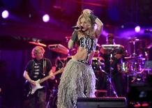 <p>A cantora Shakira se apresenta no show de abertura da Copa do Mundo, no estádio Orlando, em Johanesburgo, na África do Sul. Ela disse nesta sexta-feira que os times latino-americanos que participam do Mundial têm boas possibilidades de avançar no primeiro torneio disputado em território africano. 10/06/2010 REUTERS/Radu Sigheti</p>