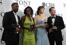 <p>De izquierda a derecha: Denzel Washington, Viola Davis, Catherine Zeta-Jones y Douglas Hodge, posan con sus premios Tony en Nueva York, jun 13 2010. REUTERS/Lucas Jackson (UNITED STATES)</p>