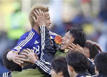 <p>Keisuke Honda do Japão comemora gol contra Camarões no estádio Floemfontein. Honda deu ao Japão sua primeira vitória num jogo de Copa do Mundo disputado fora do território japonês nesta segunda-feira, ao marcar o gol que garantiu o resultado de 1 x 0 sobre Camarões pelo Grupo E do Mundial. 14/06/2010 REUTERS/Jorge Silva</p>