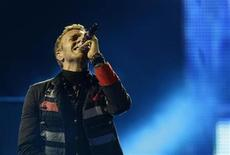 """<p>Singer Chris Martin of Coldplay performs during a concert as part of their """"Viva La Vida"""" tour in Barcelona September 4, 2009. REUTERS/Gustau Nacarino</p>"""