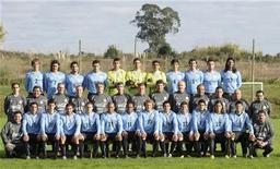 <p>Сборная команда Уругвая, сфотографированная в Монтевидео, 2 июня 2010 года. Хозяйка чемпионата мира по футболу сборная ЮАР встретится со сборной Уругвая во втором матче группы A в среду. REUTERS/Sandro Pereira</p>