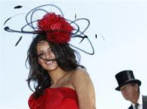 <p>A racegoer poses in her hat on the third day of racing at Royal Ascot in southern England June 17, 2010. REUTERS/Luke MacGregor</p>