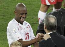 <p>Gelson Fernandes comemora gol com treinador. Gelson Fernandes descreveu seu gol na vitória surpreendente da Suíça sobre a Espanha p como o melhor de sua carreira, mas estava tão cansado que perdeu a comemoração pós-jogo de sua seleção.16/06/2010.REUTERS/Rogan Ward</p>