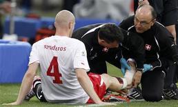 <p>Zagueiro suíço Philippe Senderos desfalcará a seleção nos próximos dois jogos por uma lesão no tornozelo. REUTERS/Michael Buholzer</p>